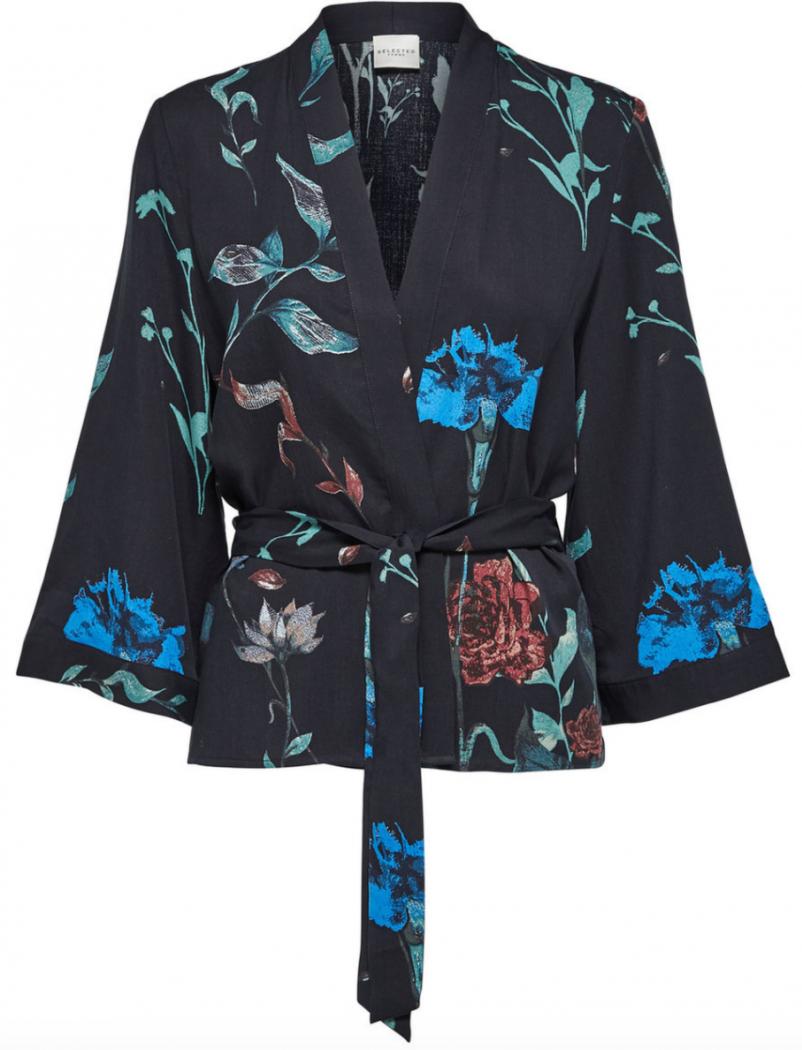 Smuk kort kimono i sort med blomster fra Selected Femme